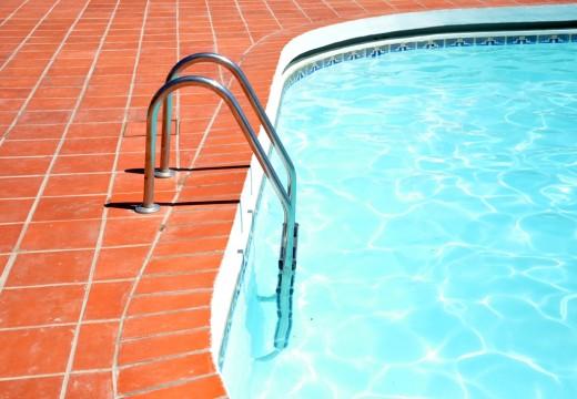 piscine bord échelle