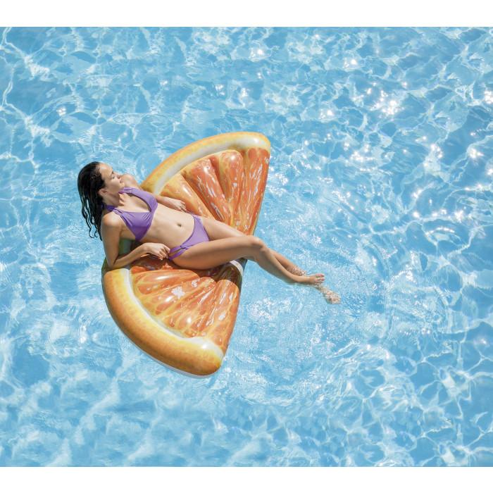 femme sur le Matelas gonflablepiscine plage Intex Orange en tranche 178 x 85 cm